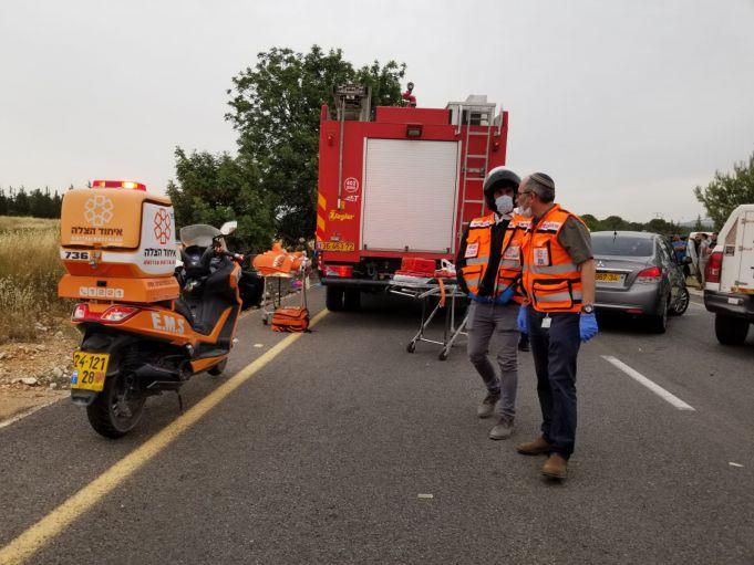 איחוד והצלה מעניקים סיוע לפגוע בתאונת דרכים