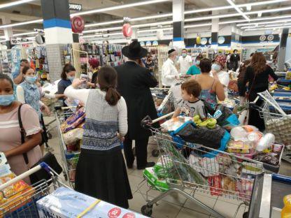 אנשים יוצאים לקניות כאילו זה היה פיקניק
