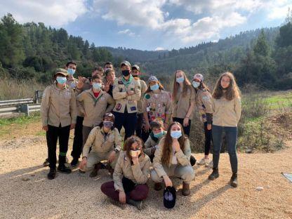 חניכי הצופים בהנהגת יהודה בפעילות התנדבותית בעין כרם
