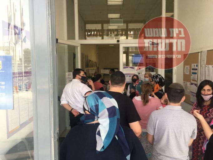 הורי נצח ישראל בפתח בית העירייה צילום: מרים וילנסקי באדיבות בית שמש חדשות