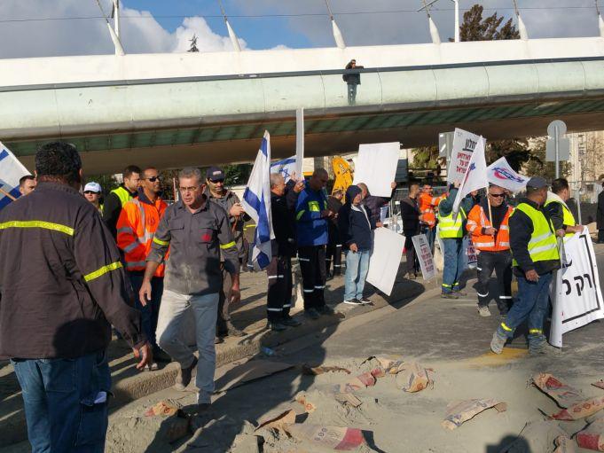 עובדי המלט בהפגנה