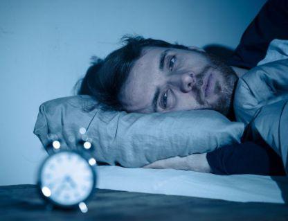 לילה. מיטה נוחה, עיניים כבדות ותשישות: אז איך זה שאתם לא נרדמים