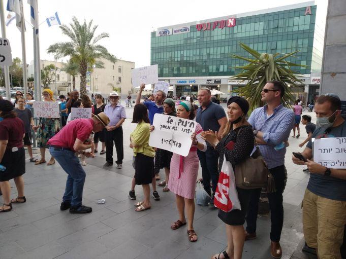 תלמידים והורים בהפגנה