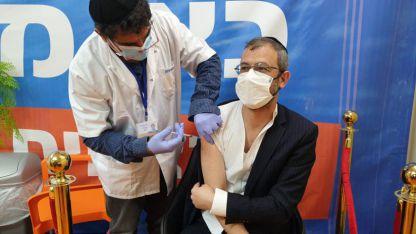 דוגמא אישית למבצע החיסון לתושבים, רוב חברי מועצת העיר מחוסן או חלה