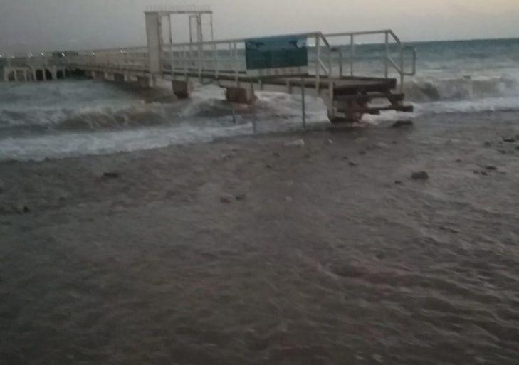 סערה בחוף הים, בימות קיץ