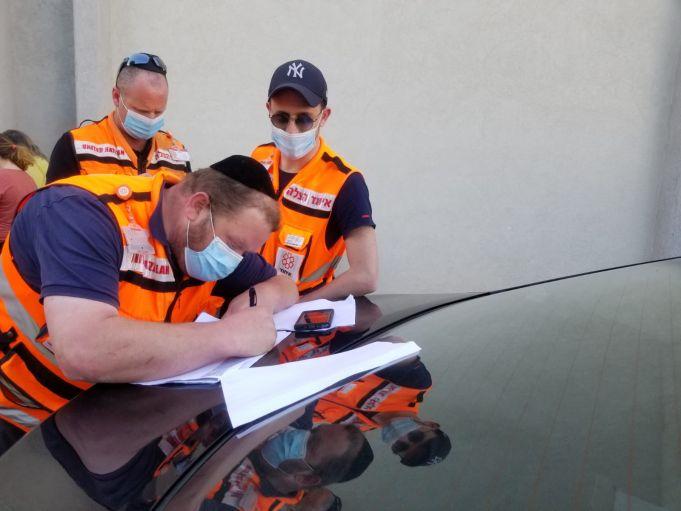 צוות איחוד והצלה עם מסכות