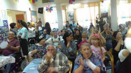 עובדי העירייה מפגינים ערבות הדדית לאוכלוסיה הבוגרת בעיר