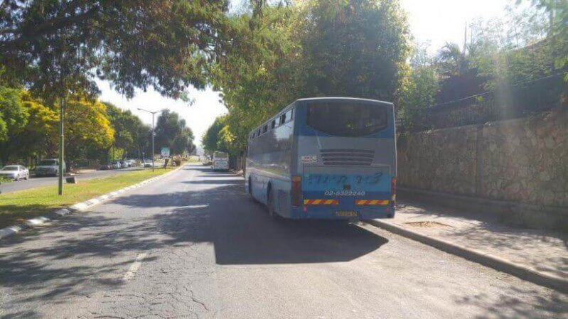אוטובוס חונה בצד הדרך