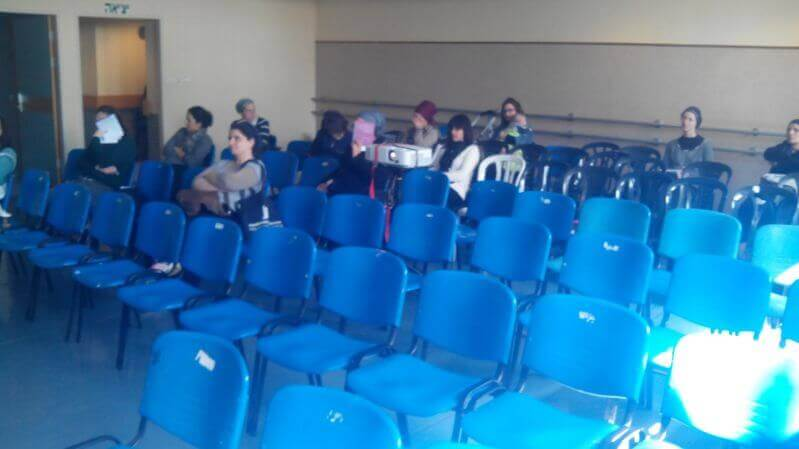 הכיסאות הריקים מוכיחים את היענות התושבים לאיומים