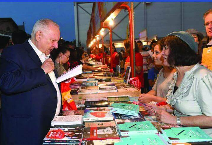 """ד""""ר בלוך עם הנשיא ריבלין בדוכן  הספרים של ידיעות אחרונות"""