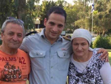"""יצחק דותן ז""""ח: עם הוריו שיבדל""""א התמונה מאתר הפייסבוק של המשפחה"""