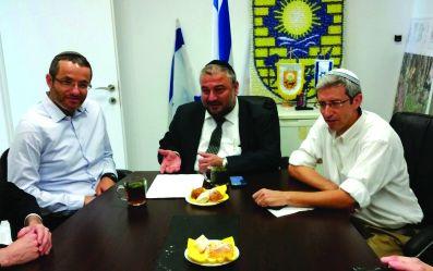חברי הבית היהודי בעת חתימה על הסכם הכניסה לקואליציה