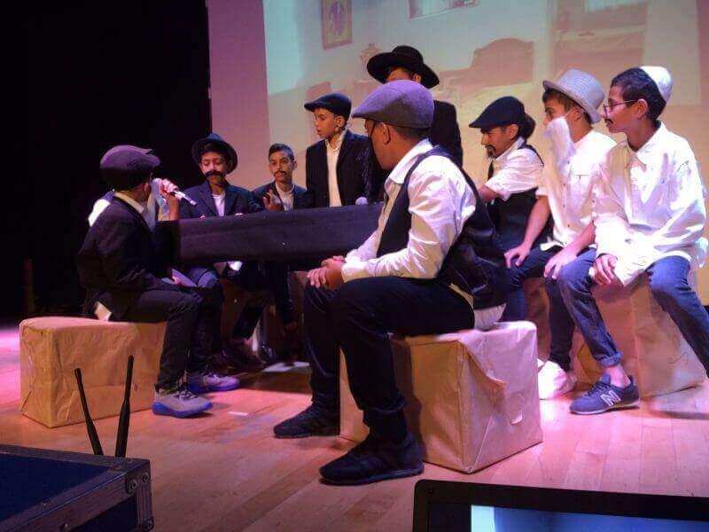 הבנים בהצגה