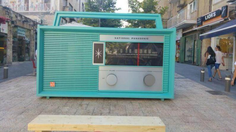 ירושלים מצדיעה לשידור הציבורי: רדיו ענק הוצב במרכז העיר