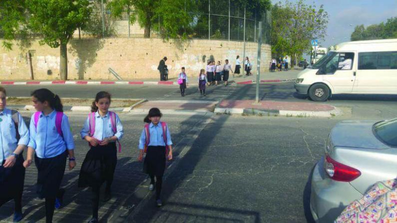 ילדים חוצים את צומת  הכבישים בן זאב- אשכול