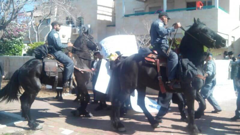 תגובת השוטרים אל ההפגנה האלימה