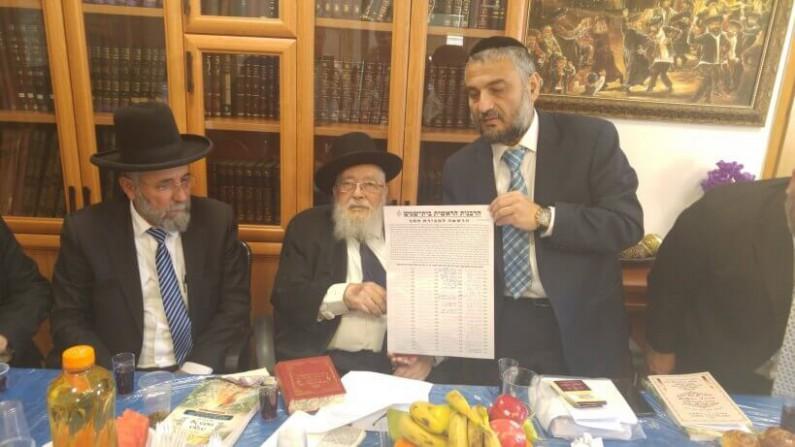 הרבנים ביטון ובן עזרא עם ראש העירייה צילום: קרן אור