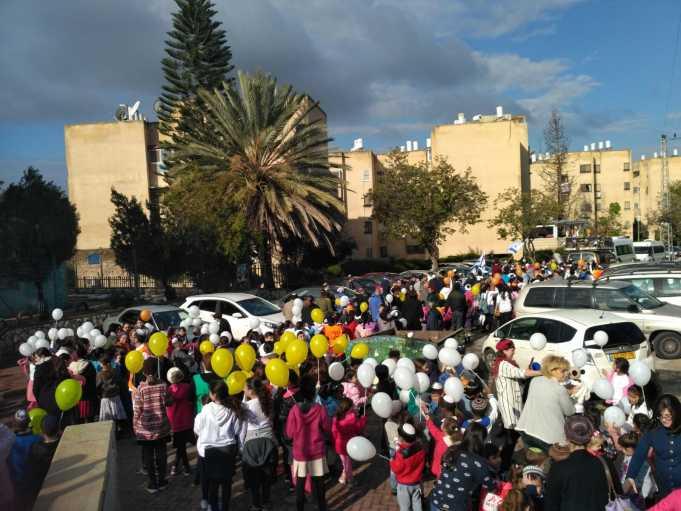 תלמידי עוזיאל בתהלוכה לכבוד ספר תורה