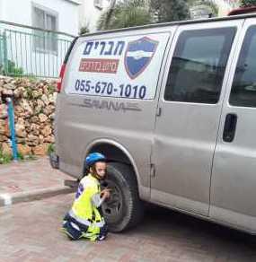 ילד מחופש למתנדב בארגון חברים