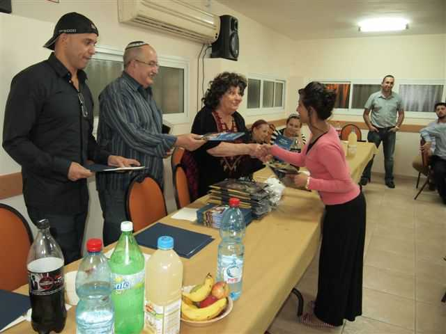 """גאולה כהן בטכס חלוקת מלגות ע""""ש אחותה מלכה גיאת"""