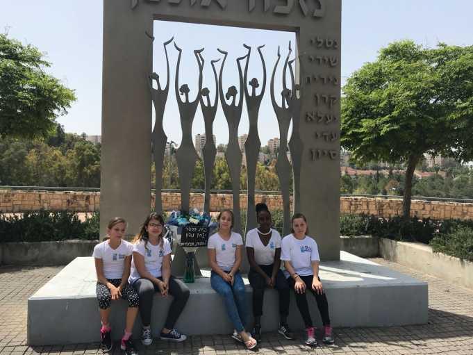 """בי""""ס שפות מאמץ את אנדרטת שבע הבנות"""